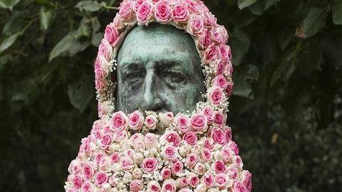 Virágszakállakkal dekorálja Brüsszel elfeledett szobrait egy művész