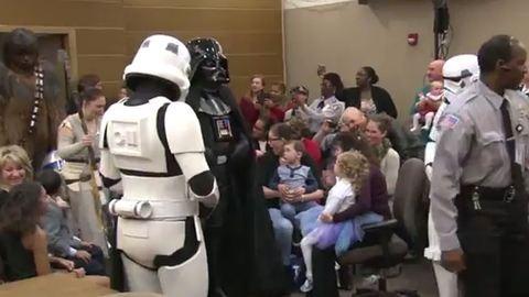 Star Wars-szereplők jelentek meg a 4 éves lány adoptálásán – megható videó
