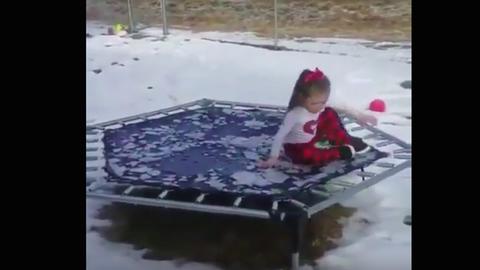 Nem járt jól a kislány, aki először akarta kipróbálni fagyott trambulinját