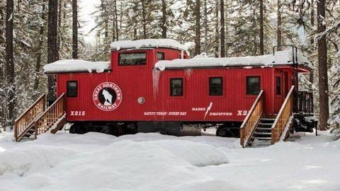 Sosem találnád ki, mi van ennek a régi vasúti kocsinak a belsejében!