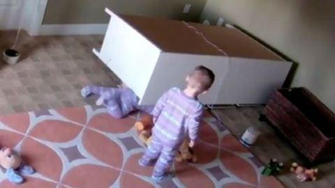 Ikertestvére mentette meg a kétéves kisfiút, miután rádőlt a szekrény