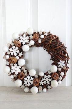 Az aranyozott angyalkákat, csillagokat felváltják az egyszerű hópelyhek és néhány toboz a téli koszorúkon, amit nemcsak ajtókopogtatónak, hanem díszként is feltehetsz a lakásodban.