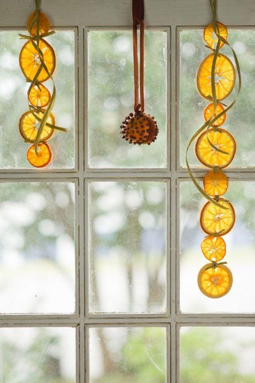 A téli időszak kedvelt gyümölcse a narancs, amiből szuper illatos és mutatós díszeket készíthetsz!