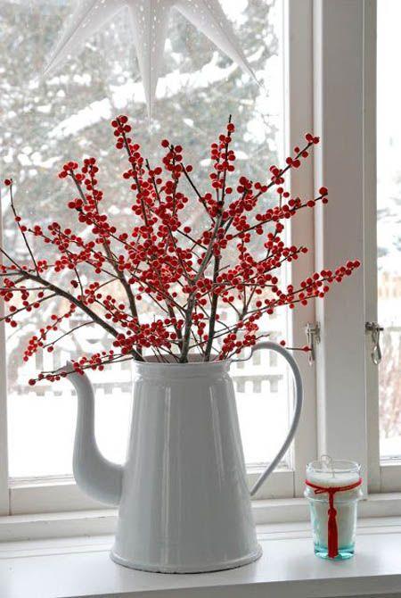 Ha nem vágysz semmi giccsre, akkor pár piros bogyós ággal is feldobhatod az ablakod vagy az étkező asztalt.