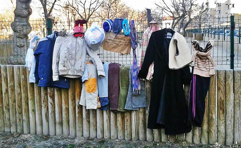 Már több mint száz helyen várják a kiakasztott kabátok a rászorulókat (Fotó: Szabadfogas/Facebook)