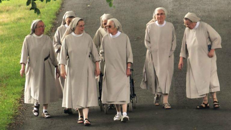 A csocsózó apácákat imádja most az internet népe