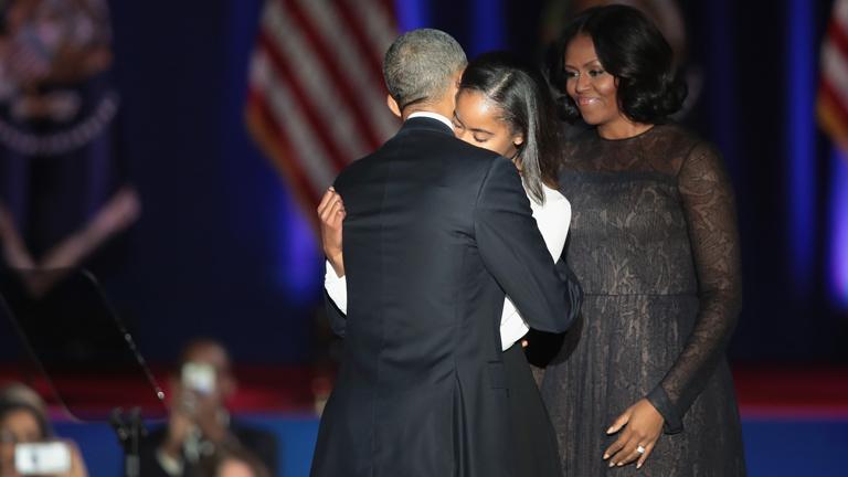 Malia Obama megöleli leköszönő édesapját