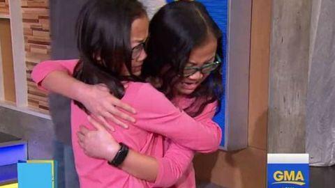 10 év után találkoztak a születésükkor elválasztott ikerlányok – megható videó