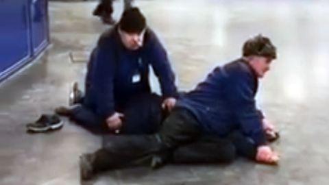 Biztonsági őrök teperték le a részeg beléptető őrt – videó
