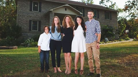 Teljesen egyedül, Youtube-videók alapján húzta fel házát a négygyerekes anyuka
