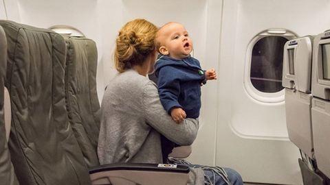 Nem jár cukor az idegennek, aki a gyereked mellett ül a repülőn! – egy anyuka brutálisan őszinte levele