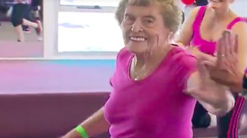 94 évesen is az edzés megszállottja ez a nagyi