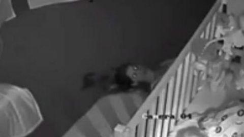 Nem akarta felébreszteni kisfiát, elképesztő módszerrel távozott a gyerekszobából az anya