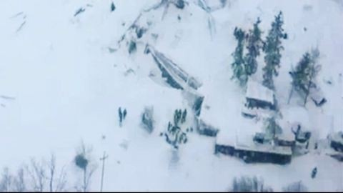 Olasz lavinabaleset: Túlélőket találtak