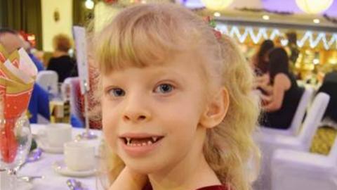 Ritka betegsége miatt mindenkivel túl kedves az ötéves kislány