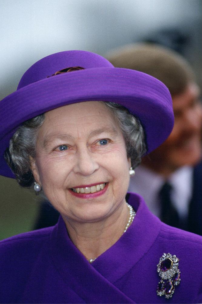 II. Erzsébet a kenti ékszergarnitúra brossával.