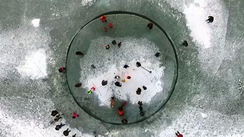 Jégkörhintát vágtak a Balaton jegébe