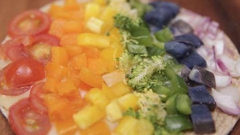 """Saláta helyett: 10 perces vega """"szivárványpizza"""""""