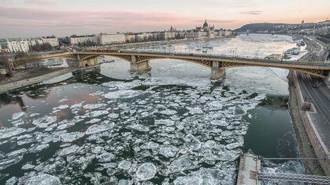 Látványos drónfotók a jégbe zárt országról