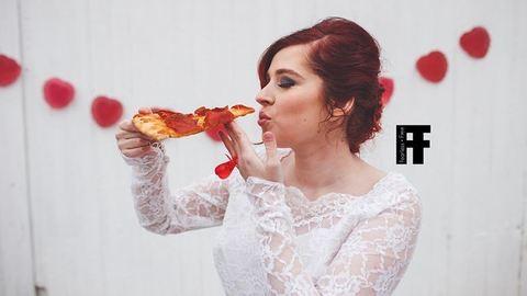 Ez a lány hozzáment igaz szerelméhez, a pizzához