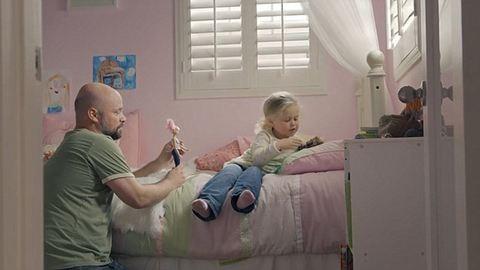 Lányos apukáknak kedveskedik a legújabb Barbie reklám