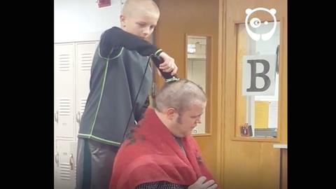 Kopaszra borotválta a fejét az igazgató, mert piszkáltak egy kisfiút