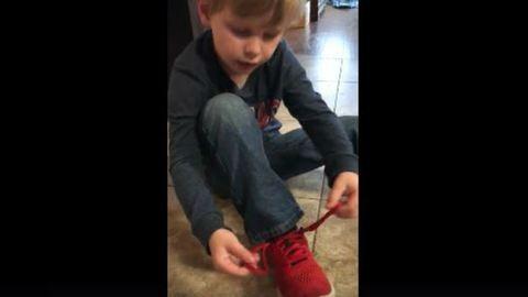 Így is lehet cipőt kötni – egy ötéves kisfiú trükkje