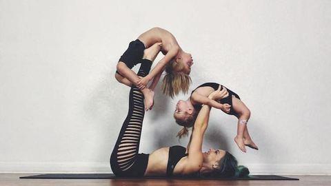 Cuki fotók: gyerekeivel pózol a jógás anyuka