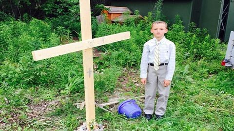 Fényűző temetést rendezett teknősének a cuki kisfiú