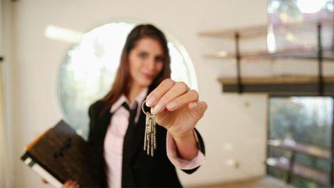 Százmillió forinttal lépett le a csaló ingatlanügynök