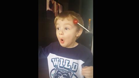 Cuki videó: eléggé meglepődött a kisfiú, akinek nyalóka ragadt a hajába