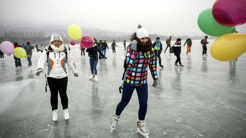 Több ezren keltek át szombaton a befagyott Balaton jegén