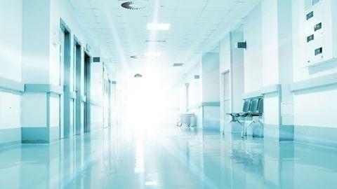 A negyedikről ugrott ki egy beteg a kórházban, szörnyethalt