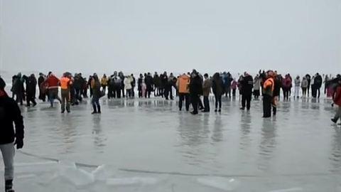 Majdnem tragédia történt a Balaton jegén: süllyedni kezdett a jégkörhinta – videó