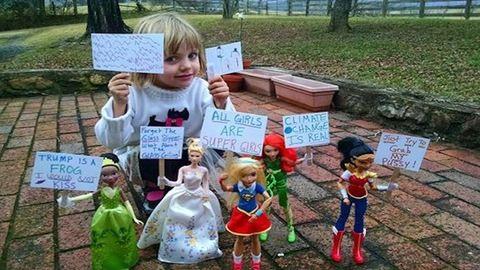 Barbie babákkal játszotta újra a Nők Menetét egy 4 éves kislány