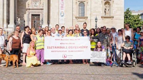Életeket mentenének a Parlament előtt gyülekezők