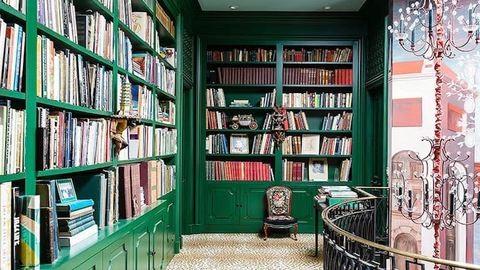 Könyvespolcok, a szivárvány minden színében