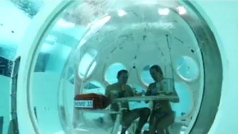 Könnyűbúvárok szolgálnak fel a víz alatti étteremben