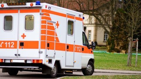Árokba borult a betegszállító, szemtanúk mentették a sérülteket