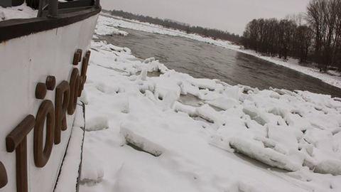 A jeges Dunába ugrott egy férfi Komáromnál