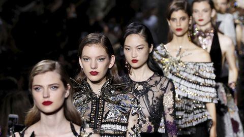 Személyre szabott, de macerás és méregdrága: ez az haute couture