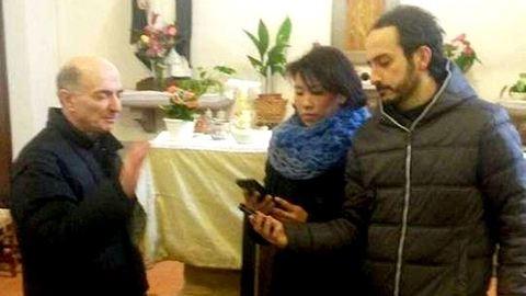 Újít az egyház: megáldják az okostelefonokat is