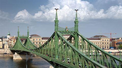 Autóba csapódott egy drón a Szabadság hídon