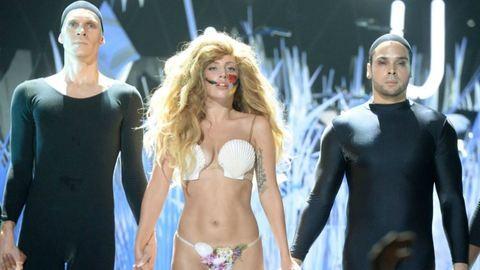 Beszóltak Lady Gaga bugyira lógó hasára