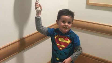 Képtelenség meghatódás nélkül nézni az utolsó kemoterápiáját ünneplő kisfiút