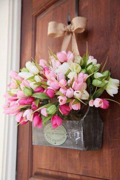 Igaz, a tulipánokra még várnunk kell, de ha szeretnél egy igazán menő ajtókopogtatót, akkor irány a virágüzlet! Már egy csokor tulipánnal feldobhatod a bejáratot!