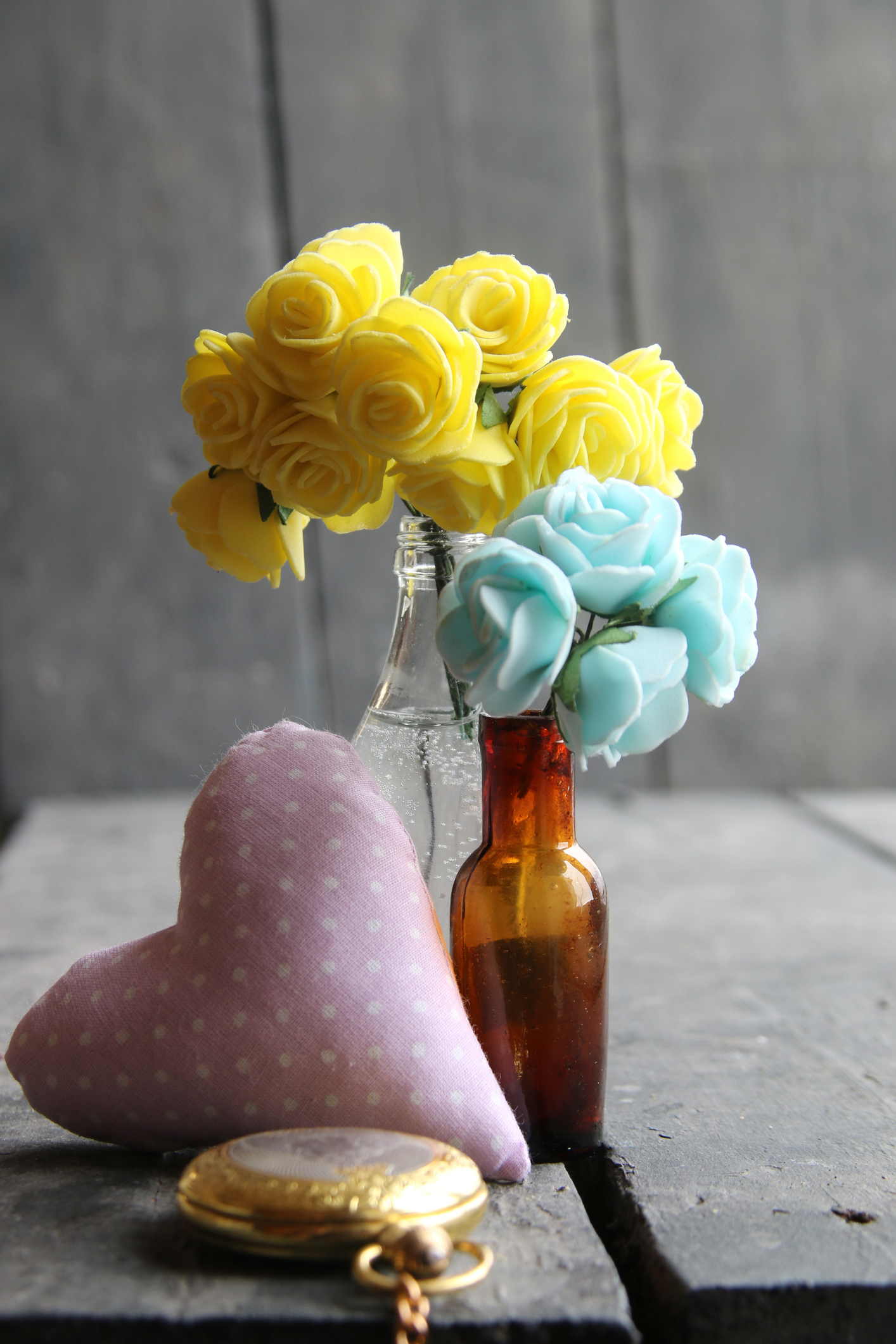 Tavasszal a zöld, halványsárga és a rózsaszín árnyalatok nagyon kedveltek a lakásdekoráció területén is. Például ez a varrt kis szívecske a nappaliban, de a gyerekszobában is megállja a helyét!