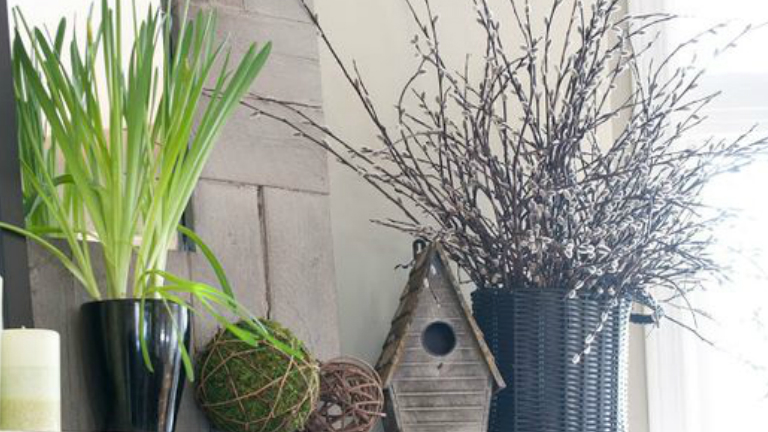 Aki a természetközeli díszeket szereti, annak könnyű dolga van tavasszal. Pár faág, egy kis barka, fából készült díszek megoldják a tavaszi dekorációt!