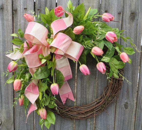 Egyszerűen meseszép! Vázában, ajtókopogtatóként, fa alapra fűzve. Mindenhogy! A tulipán a tavaszi dekorációk jolly jokere!