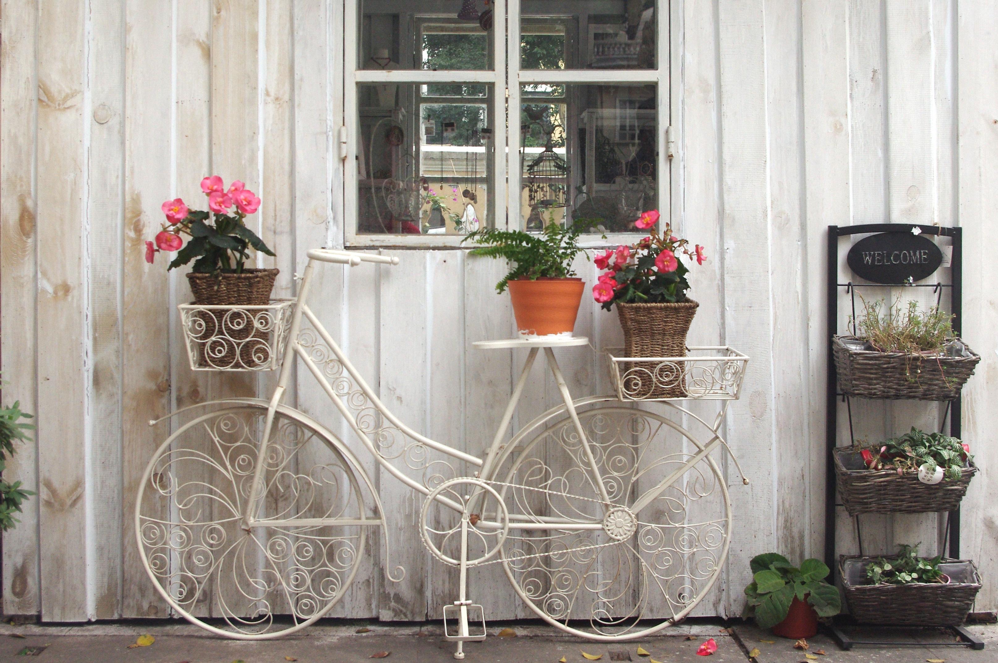 Ahogy egyre melegebb lesz, a kertet sem szabad hanyagolni. A vintage stílus kedvelői egy ütött-kopott kinti kis szekrényt vagy akár egy bringát is feltudnak dobni egy-egy cserepes virággal!